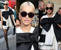 Zdesperowana Rita Ora walczy o tytuł modowej ikony w sukience z gigantyczną kokardą