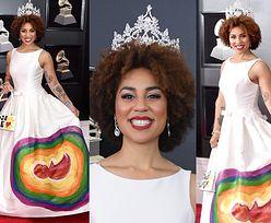 """Piosenkarka Joy Villa pojawiła się na Grammy w """"antyaborcyjnej"""" sukience..."""