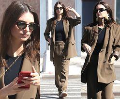 Znudzona Emily Ratajkowski spaceruje w workowatym garniturze