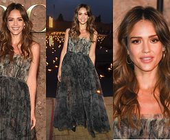 Zjawiskowa Jessica Alba w popielatej sukni na pokazie Diora w Marrakeszu