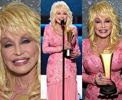 71-letnia (!) Dolly Parton w różu odbiera nagrodę za działalność dobroczynną (FOTO)