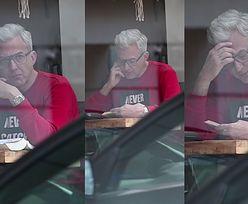Hubert Urbański samotnie rozmyśla nad książką