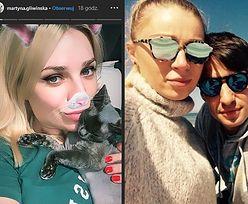 Ciężarna Martyna Gliwińska głaszcze kota i słucha Kazika (FOTO)