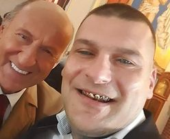 """Popek i Piotr Fronczewski SZCZERZĄ ZĘBY do zdjęcia. """"Od razu wiadomo, czyj uśmiech droższy"""""""