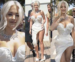 Cannes 2019: Rita Ora spaceruje w sukience eksponującej udo