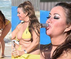"""48-letnia gwiazdka brytyjskiego """"Big Brothera"""" w bikini na plaży (ZDJĘCIA)"""