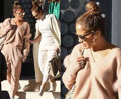 Pastelowa Jennifer Lopez robi zakupy z koleżanką-klonem