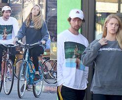 Zarośnięty Patrick Schwarzenegger z dziewczyną i matką na rowerach (ZDJĘCIA)