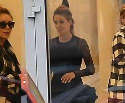 """""""Lady Rozenek"""" mierzy sukienkę w butiku"""