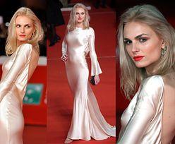 Elegancka Andreja Pejic w białej sukni zachwyca na czerwonym dywanie
