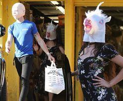 """Camila Cabello w masce JEDNOROŻCA i Shawn Mendes w masce UPIORNEGO BOBASA wychodzą ze sklepu z kostiumami. """"Nasz związek NIE jest ustawką!"""" (FOTO)"""
