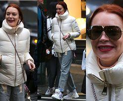 Zniszczona Lindsay Lohan uśmiecha się do fotografów w Nowym Jorku