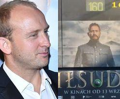 """W promocji """"Piłsudskiego"""" coś poszło nie tak. Ulicami miast jeżdżą autobusy z kamerą... w kroczu Borysa Szyca"""