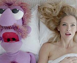 Bar Refaeli w łóżku z marionetką!