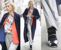 Karolina Kurkova w sandałach i skarpetkach