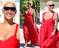 Uśmiechnięta Amber Rose przemierza plażę w czerwonej sukni