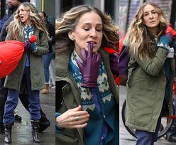 Sarah Jessica Parker szarpie się z workiem i gryzie rękawiczkę na planie serialu