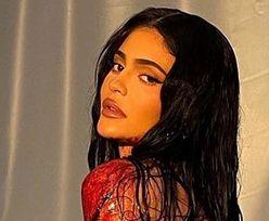 """Kylie Jenner CAŁA WE """"KRWI"""" wygina się w sesji promującej kosmetyki. Fani zniesmaczeni: """"TO JEST OBRZYDLIWE"""" (ZDJĘCIA)"""