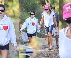 Wyluzowane Kendall i Caitlyn Jenner w mało zobowiązujących stylizacjach spacerują po Malibu z psem (ZDJĘCIA)