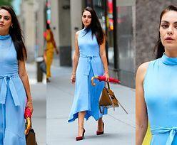 Wystrojona Mila Kunis w błękitnej sukience i parasolem w ręku mknie nowojorską ulicą (ZDJĘCIA)