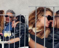 Rita Ora MIGDALI SIĘ w miłosnym TRÓJKĄCIE z Tessą Thompson i Taiką Waititim (ZDJĘCIA)