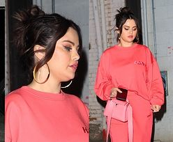 Selena Gomez w obszernym dresie zmierza na uroczystą kolację (ZDJĘCIA)