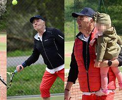 73-letni Karol Strasburger uczy 18-miesięczną córkę gry w tenisa (ZDJĘCIA)