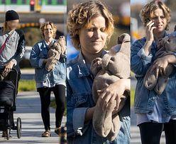 Aleksandra Domańska w luźnym stroju i sandałach spaceruje z dzieckiem i partnerem. Macierzyństwo jej służy? (ZDJĘCIA)