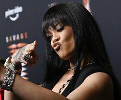 Przyodziana w POŃCZOCHY Rihanna olśniewa na pokazie (ZDJĘCIA)