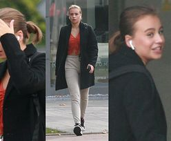 Pochmurna Oliwia Bieniuk zasłania twarz przed paparazzi w drodze do szkoły (ZDJĘCIA)
