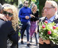 Pogrzeb Piotra Gesslera: smutna Magda, Lara z mężem i córką oraz Ryszard Kalisz z kwiatami (ZDJĘCIA)