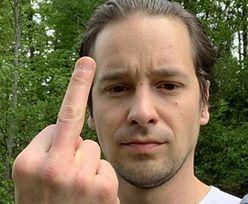 """Krzysztof Zalewski pokazuje środkowy palec radiowej Trójce. """"Kumpel mi napisał, że lecę w Trójce. Nie życzę sobie tego"""""""