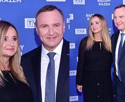 Ramówka TVP. Jacek i Joanna Kurscy w czerni i granacie demonstrują na ściance uśmiechy od ucha do ucha (ZDJĘCIA)
