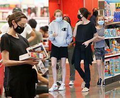 Niepozorna Angelina Jolie w okularach z córkami Zaharą, Shiloh i Vivienne robi zakupy w sieciówce (ZDJĘCIA)