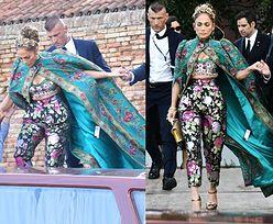 Jennifer Lopez zaliczyła WPADKĘ na pokazie Dolce & Gabbana. Zapomniała ODERWAĆ METKĘ (ZDJĘCIA)