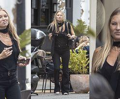 Skwaszona Kate Moss z nieodłącznym papierosem w ustach mknie na lancz z przyjaciółmi. Piękna? (ZDJĘCIA)