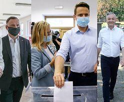 Kandydaci na prezydenta oddają głos w wyborach w towarzystwie swoich drugich połówek (ZDJĘCIA)