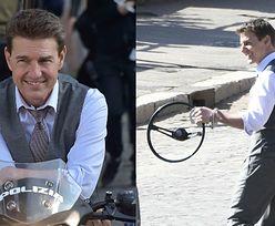 """58-letni Tom Cruise tryska dobrym humorem na planie """"Mission: Impossible 7"""" (ZDJĘCIA)"""