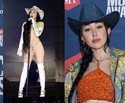 Frywolna Noah Cyrus walczy o uwagę w odważnych stylizacjach na gali country. Próbuje przebić Miley? (ZDJĘCIA)