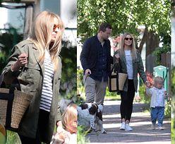 Ciężarna Kasia Tusk z WIDOCZNYM brzuszkiem cieszy się rodzinnym spacerem. Promienieje? (ZDJĘCIA)