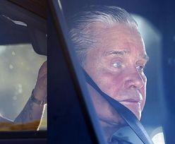 Zmizerniały Ozzy Osbourne przegląda się w samochodowym lusterku, oczekując na powrót żony z zakupów (ZDJĘCIA)