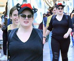 Odchudzona Rebel Wilson podkreśla sylwetkę w obcisłym, czarnym stroju. Wygląda lepiej? (ZDJĘCIA)