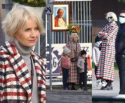Małgorzata Kożuchowska uśmiecha się do obiektywu na rodzinnej sesji zdjęciowej z Janem Pawłem II i torebką za 8 tysięcy (ZDJĘCIA)