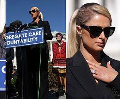 """Paris Hilton walczy o prawa trudnej młodzieży na Capitolu: """"Mnie DUSZONO, uderzano w twarz i PODGLĄDANO POD PRYSZNICEM"""""""