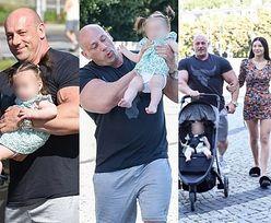 Rodzinny Robert Burneika prezentuje siłę mięśni, pakując córkę do spacerówki (ZDJĘCIA)