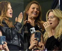 Anna Lewandowska i Zofia Ślotała z przyrośniętym do twarzy smartfonem bawią się na meczu z San Marino. Widziała w ogóle płytę boiska? (ZDJĘCIA)