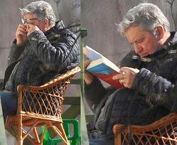 Skąpany w wiosennym słońcu Bronisław Komorowski drzemie nad lekturą (ZDJĘCIA)