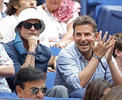Brad Pitt w kapeluszu i skupiony Bradley Cooper śledzą finał US OPEN (ZDJĘCIA)