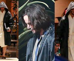 """Przepasany szlafrokiem Keanu Reeves wietrzy umięśnione łydki na planie nowego """"Matriksa"""" (FOTO)"""