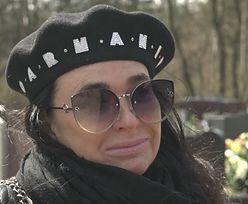 """Pogrążona w żałobie Ewa Krawczyk odwiedza grób męża: """"NIE RADZĘ SOBIE"""" (WIDEO)"""